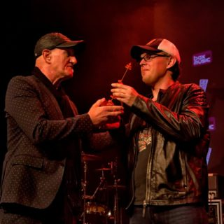 Joe_Bonamassa_ontvangt_Sena_Performers_European_Guitar_Award-fotocredit-Merijn-Sitsen-1