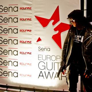 Nederland, Amsterdam, 25-11-2014. Slash wint SENA European Guitar Award en ontvangt hem uit handen van Golden earring gitarist George Kooymans. Foto: Andreas Terlaak